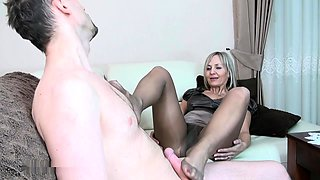 Pantyhosed mature lady shows off her great footjob abilities