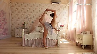 Slender Russian ballerina Nino Belover does the splits and get snaked