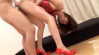 Reiko Sawamura gives a nasty foot job