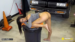 Roadside xxx gia sucks and fucks to get car fix