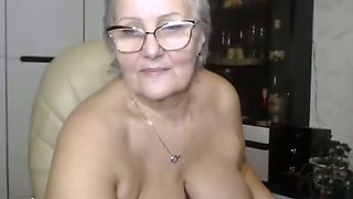 Cam of chubby granny fingering her big clit