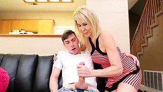 Mature MILF helps pulling pud