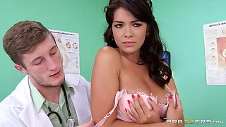 Babe Gets Seduced By Her Doctor