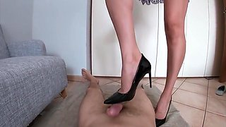 I Squeeze my Slave with my Heels i need the Cum