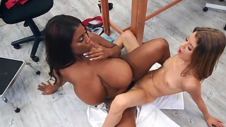 Big black-skinned doctor has lesbian fun with skinny white patient