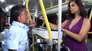 La chaudasse se fait bien baiser dans le bus