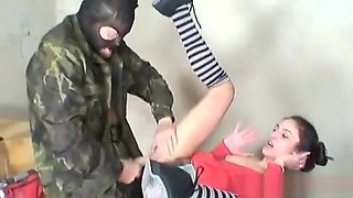 militare sfrutta nella guardiola giovane ragazza innocente