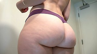 Fantastic babe showing pussy at webcam