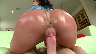 Oily bum of top notch whore Kendra Lust bounces on big dick