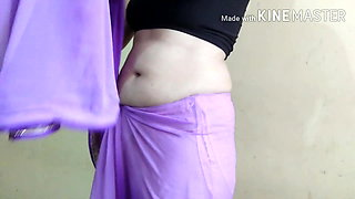 Beautiful Aunty Shows Navel and Belly