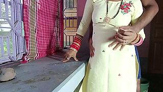 Malkin Ki Jawan Badi Beti ko Kitchen Stand Par Choda