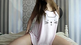 Beautiful amateur teen flaunts her sweet curves on webcam