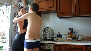Stepson sumshot on the face and hair of his stepmother instead of breakfast