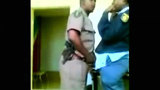 policias cojen de parados en la comisaria