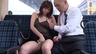 Une superbe Japonaise baise avec un inconnu dans le bus