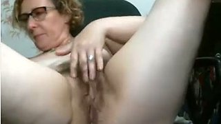 Would love to watch my wife masturbate like that and she has got a big ass