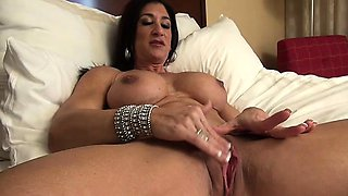 Bodybuilder Hot Italian and Her Big Clit