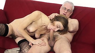 SCAMBISTI MATURI - Mature swinger gets her asshole filled