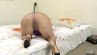 Mature woman Angel is finger fucking and toying her old worn out snatch